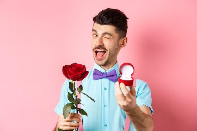 La saint-valentin. drôle de gars faisant une proposition, faisant un clin d'œil et disant épouser moi
