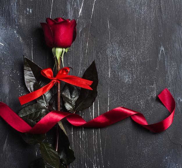 Saint valentin fête des mères rouge rose avec surprise cadeau ruban
