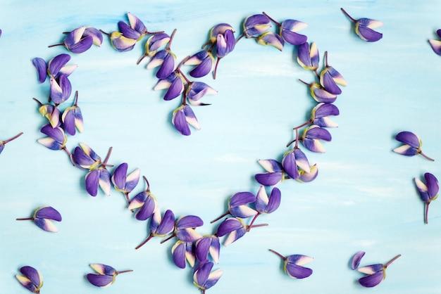 Saint valentin fleurs pétales coeur simbol