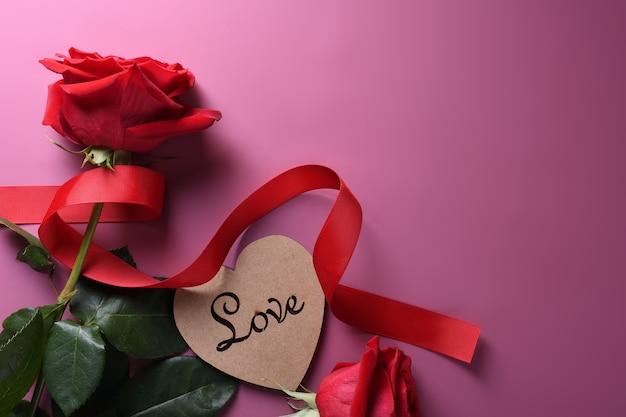 Saint valentin fond carte de voeux symboles d'amour, décoration rouge avec des lunettes coeur roses cadeaux