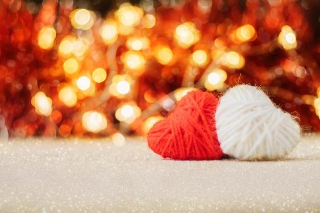 Saint valentin fond avec deux coeur moelleux tricoté rouge et blanc