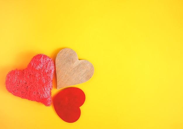 Saint valentin fond jaune vif festif avec coeur décoratif