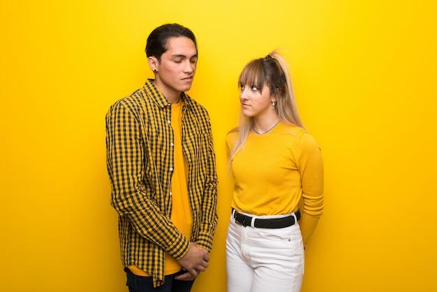 En saint valentin jeune couple sur fond jaune vibrant