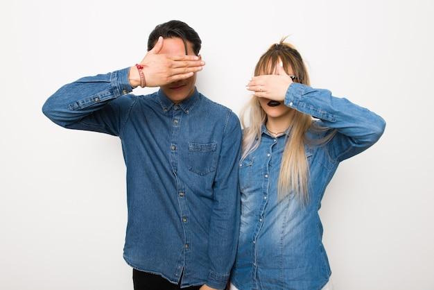 En saint valentin jeune couple avec des lunettes qui couvre les yeux par les mains. je ne veux pas voir quelque chose