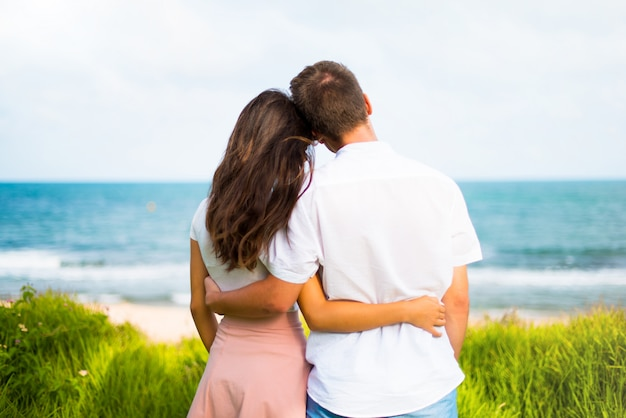 En saint valentin jeune couple en plein air