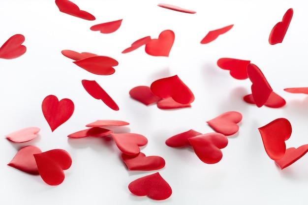 Saint-valentin et jour de mariage, fond de coeurs de satin rouge tombant.