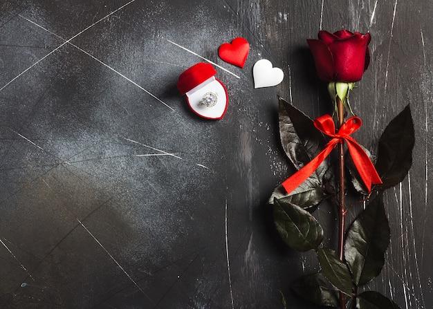 Saint valentin m'épouser la bague de fiançailles de mariage en boîte avec un cadeau rose rouge