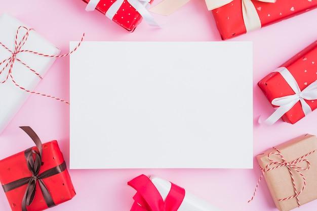 Saint valentin présente autour d'une feuille de papier