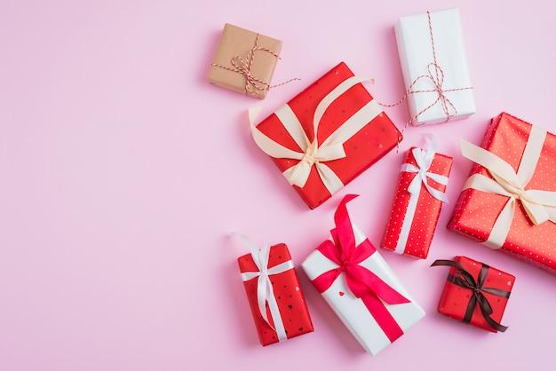 Saint valentin présente dans de beaux emballages