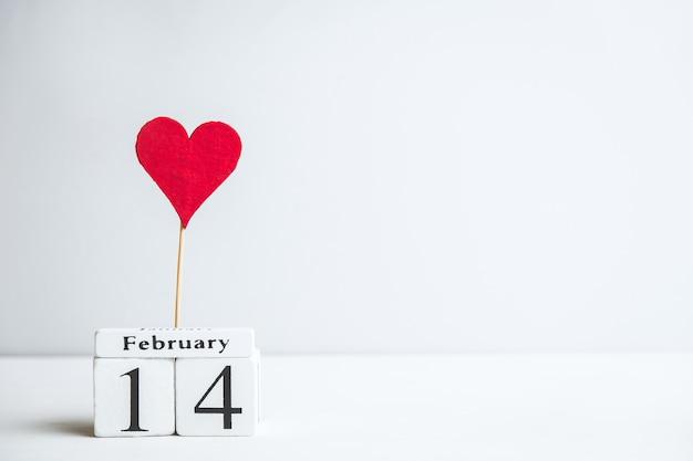 Saint-valentin le quatorzième février avec coeur et espace copie.