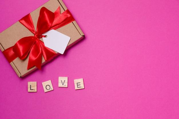 Saint-valentin romantique sans soudure fond rose, bow étiquette cadeau, présent, amour, coeurs