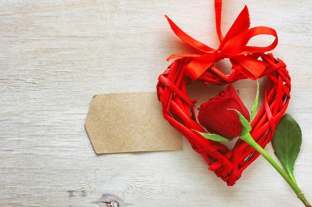 Saint valentin, rose rouge, coeur en osier