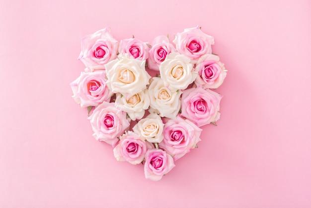 Saint valentin avec des roses en forme de coeur