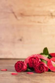 Saint valentin avec des roses rouges