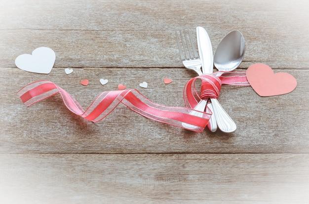 Saint valentin sertie d'argenterie et coeur sur bois