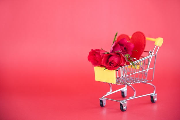Saint valentin shopping et roses fleurs panier plein avec coeur rouge et rose pour la saint valentin