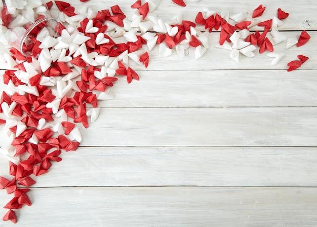 Saint valentin symbolisant le coeur de papier d'amour dans une bouteille en verre