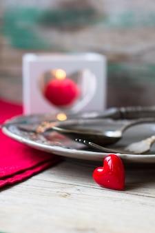 Saint-valentin avec table et coeurs
