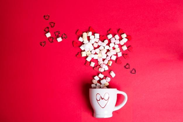 Saint valentin avec une tasse de café et des coeurs en bois avec guimauve