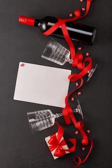 Saint valentin avec vin et cadeau, feuille vierge pour texte
