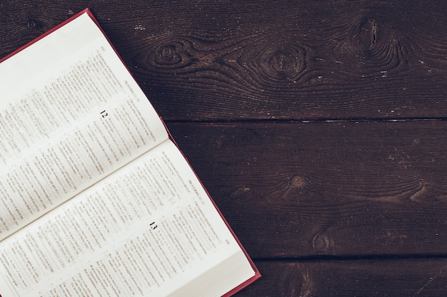 La sainte bible sur un fond de table en bois
