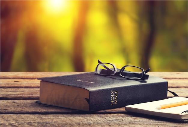 Sainte bible avec des lunettes et note