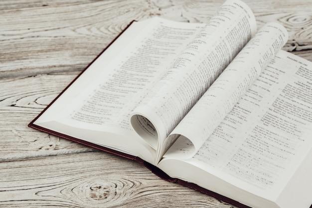 La sainte bible sur une table en bois