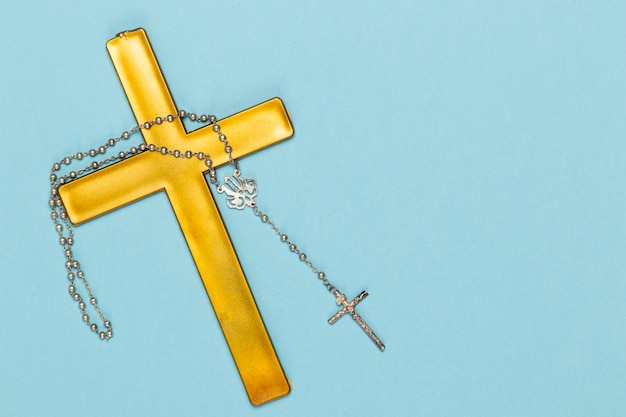 Sainte croix en bois et collier