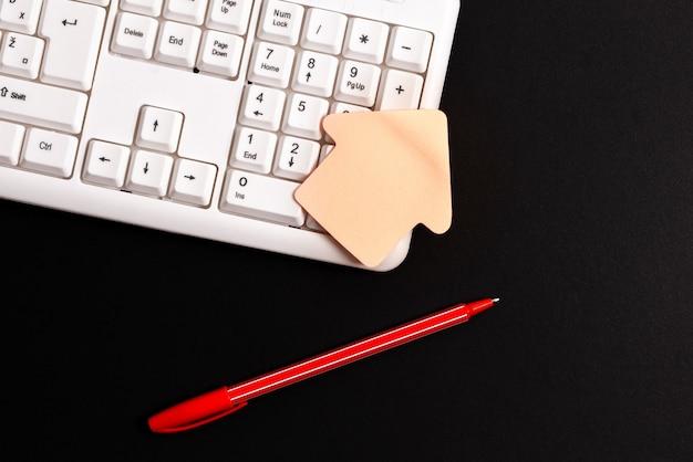 Saisie écriture de nouvelles idées navigation sur internet prise de notes importantes collecte d'informations planification d'entreprise recherche communication globale connexions