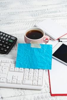Saisie de nouvelles idées rédaction de notes importantes appels vidéo vocaux technologie de communication navigation sur internet connexion mondiale boisson rafraîchissante chaude recherche sur internet