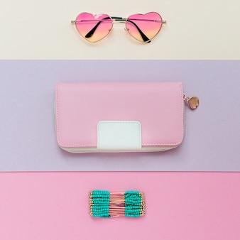 Saison des accessoires de mode. lunettes, bracelets, pochette. soyez tendance pastel.