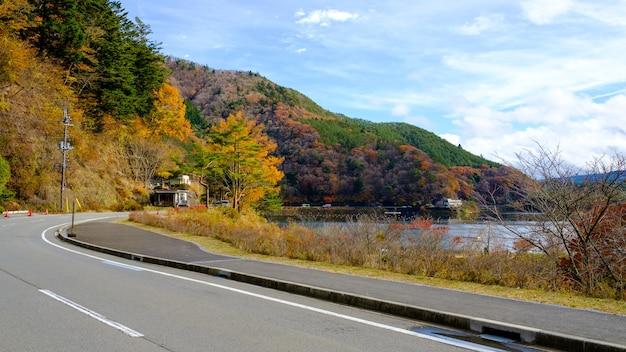Saison d'automne de montagne sur le chemin incurvé et la lagune au japon
