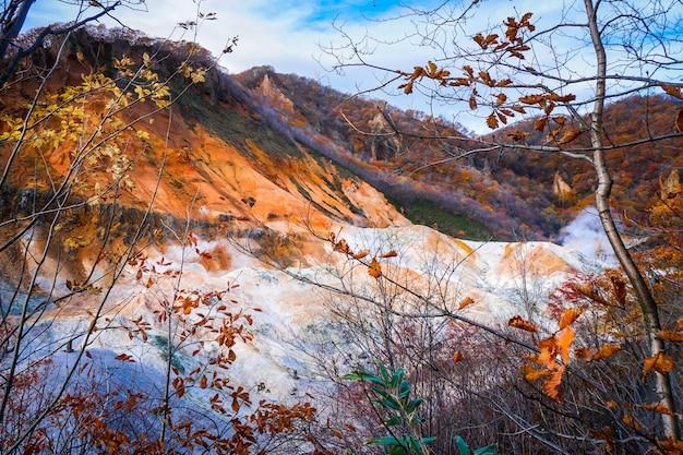 Saison d'automne sur le volcan noboribetsu à hokkaido au japon