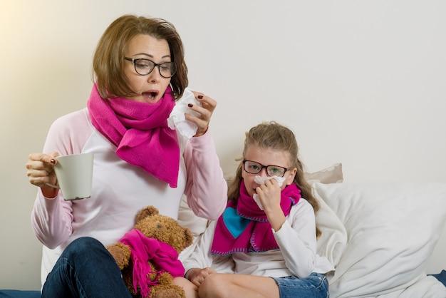 Saison de la grippe, mère et enfant malades à la maison.