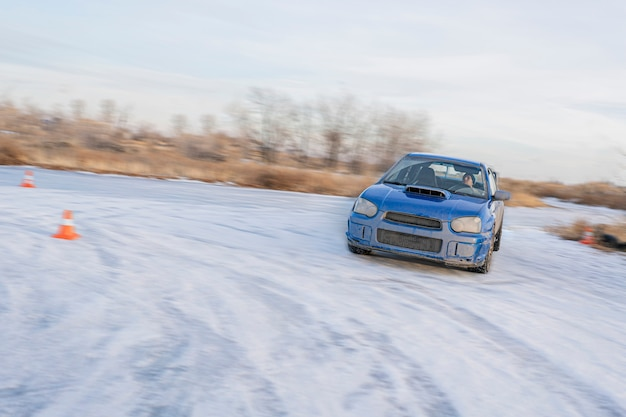 Une saison de neige au volant, des pneus de voiture d'hiver sur glace dérivante