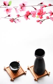 Saké japonais style de boisson orientale sur la table