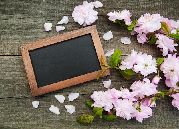 Sakura fleur avec tableau noir