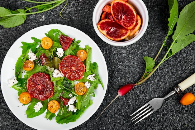 Salade d'agrumes frais. végétalien, végétarien, manger sainement, suivre un régime, concept alimentaire.