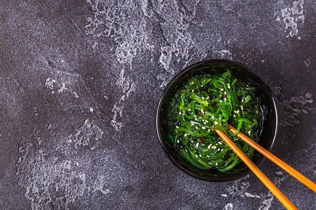 Salade d'algues chuka sur fond noir