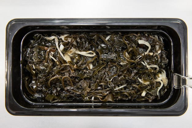 Salade d'algues chuka wakame laminaria au poisson