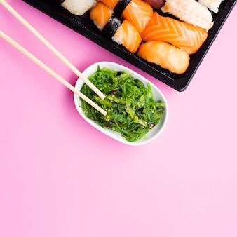 Salade d'algues avec une grande assiette de sushi