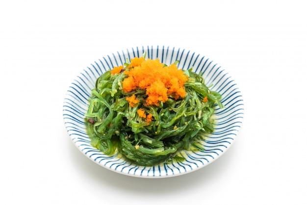 Salade d'algues avec des oeufs de crevettes isolées
