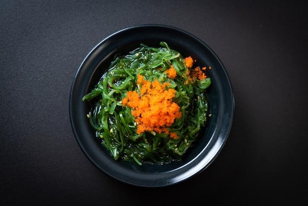 Salade d'algues avec oeufs de crevettes - style japonais