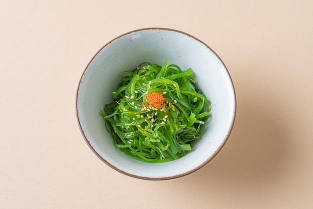 Salade d'algues wakame épicée