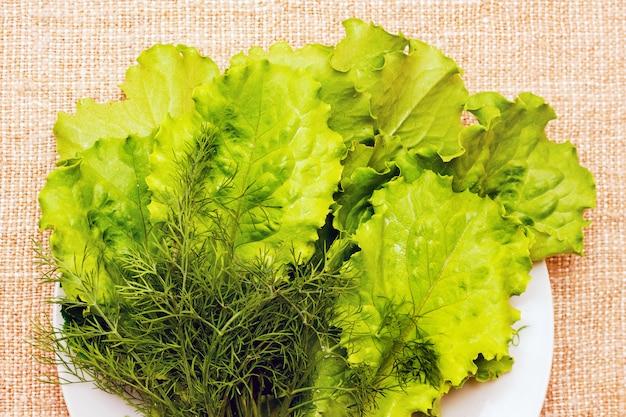 Salade et aneth - herbes pour la nourriture végétarienne