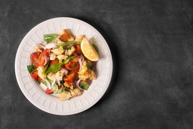 Salade apéritive italienne avec tomates, pain et bazil. espace de copie