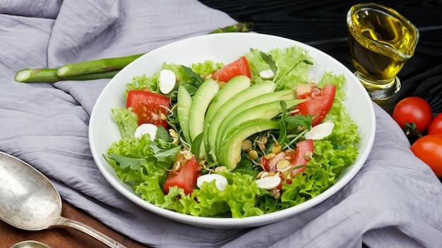 Salade arc-en-ciel végétalienne saine