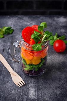 Salade arc-en-ciel végétarienne dans un bocal en verre