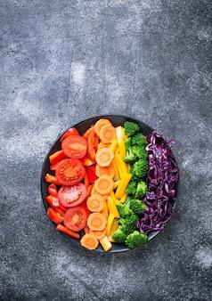 Salade arc-en-ciel végétarienne fraîche et saine