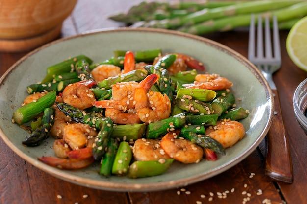 Salade d'asperges et crevettes en assiette
